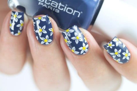 Pretty daisy nails