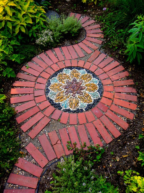 20 incredibly creative ways to reuse old bricks diy crafts Round wooden stepping stones