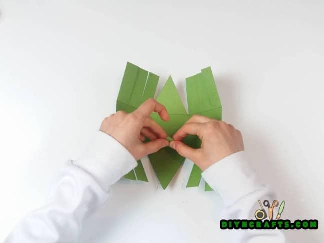 Βήμα 3 - Εδώ είναι το πώς να κάνει ένα όμορφο Πάσχα καλάθι ... Από χαρτί!