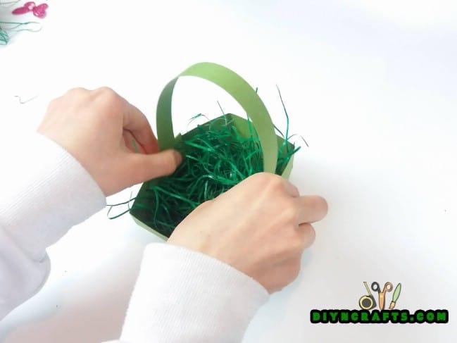 Βήμα 5 - Εδώ είναι το πώς να κάνει ένα όμορφο Πάσχα καλάθι ... Από χαρτί!