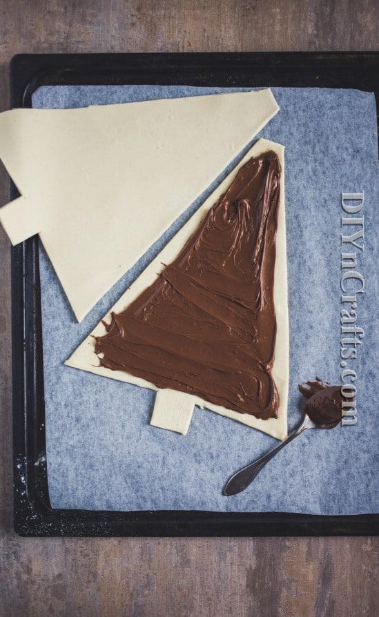 Απλώστε τη Nutella στο δέντρο και στη συνέχεια καλύψτε με ένα άλλο δέντρο ζαχαροπλαστικής