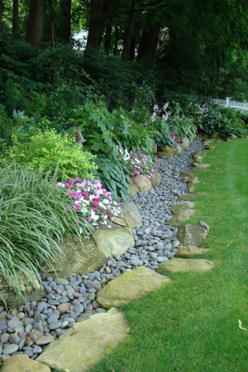 17 diy garden edging ideas that bring style and beauty to for Decorative stone garden border
